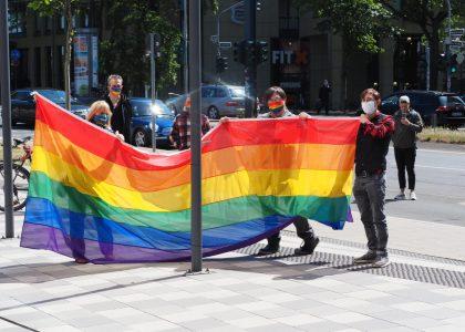 Regenboggenflagge an der HSD